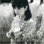 カリフォルニアの絶好調インディーポップガール Hazel Englishが新曲'It's Not Real'を公開