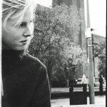 触れたら崩れそうなほどの!ブリストルの注目SSW、Fenne Lily が新曲 'Bud'を公開