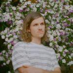 オーストラリアのインディーポップアクト Tim Ayre、デビュー曲 'LAXX'のMVを公開