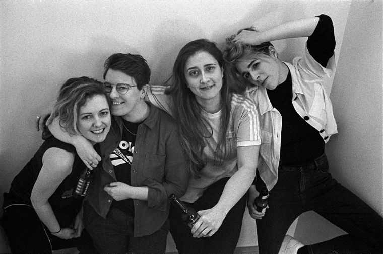 ダブリンのロックバンド Pillow Queens、'HowDoILook'のMVを公開